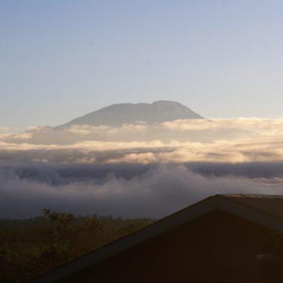 Blick vom Lehrerhaus auf den Kilimanjaro